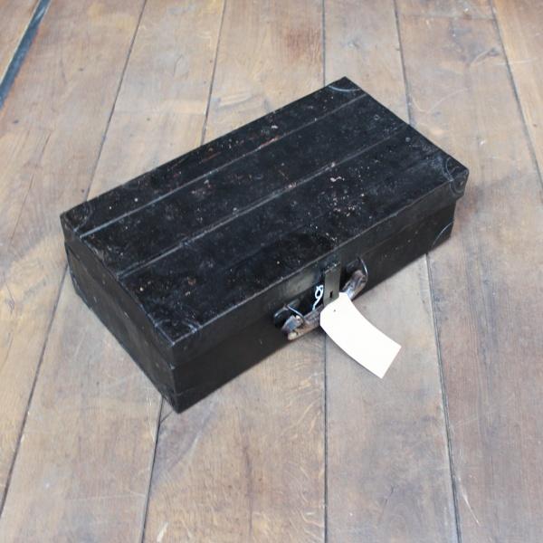 Metallkoffer mit Lederdetails